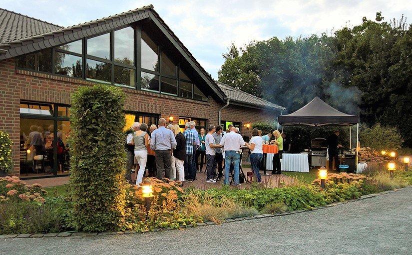 Mit Freunden und Vereinskollegen feiern auf dem Bauernhof am Niederrhein