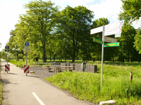 In regelmaessigen Abstaenden laden Picknickplaetze zur Rast ein - Alleenradweg Kreis Viersen