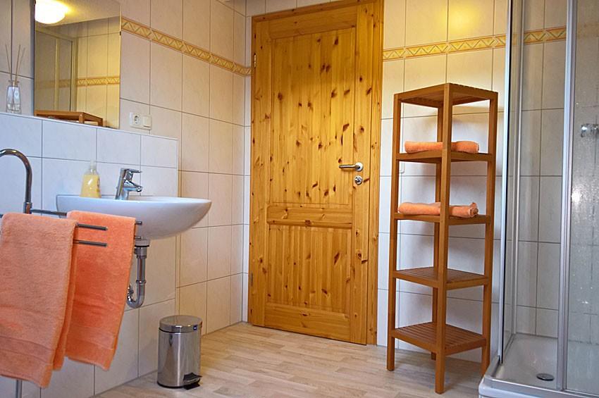 Ferienwohnung Getreidemühle Duschbad mit einem zusätzlichen Gäste-WC